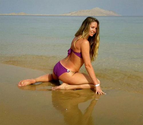 AwesomeKery in her bikini on the beach
