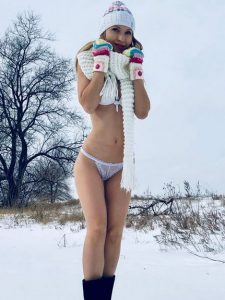 SexualLee from Hottest Cam Girls poses in the snow